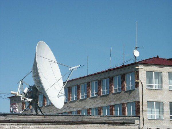 параболическая антенна на крыше дома